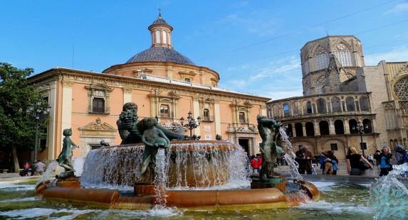 圣女广场上有一座很著名的图利亚河喷泉八个裸女铜像环绕着中间的男性则代表了通往图利亚河的八道水渠环绕着图利亚河