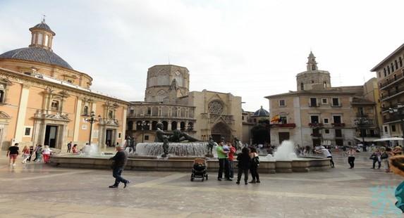 圣女广场每当法雅节的尾声广场上会举办盛大的为圣母献花仪式