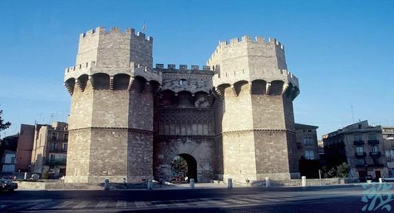 塞拉诺双塔其实双塔就是原先城墙的一处城门