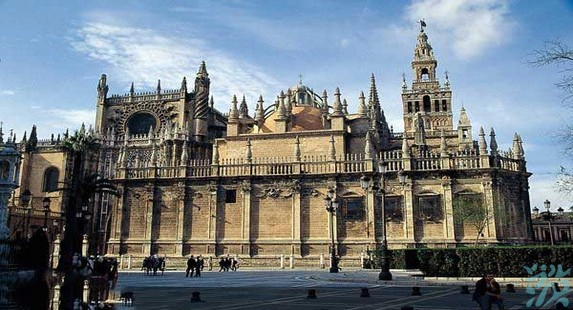 塞维利亚大教堂是世界五大教堂之一仅次于罗马的圣彼得大教堂和意大利米兰大教堂位居世界第三位的大教堂