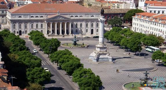 罗西奥广场是里斯本市交通的枢纽面积不大设计仿巴黎协和广场不及科梅西奥广场的宏阔