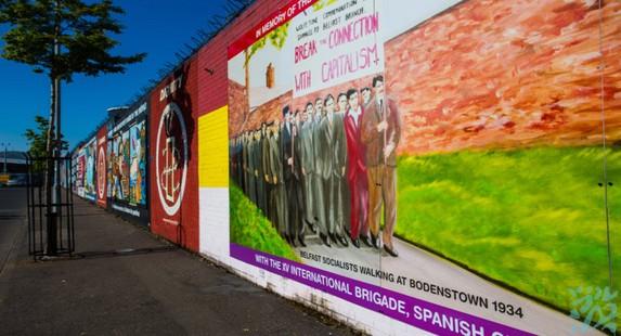 为隔离天主教徒和新教徒居住区以减少双方冲突而建的和平墙