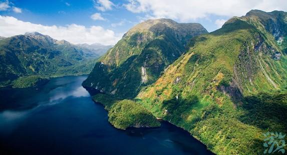 米佛峡湾是新西兰峡湾国家公园内最大也是最著名的峡湾有世界第四大公园之称面积达125万公顷