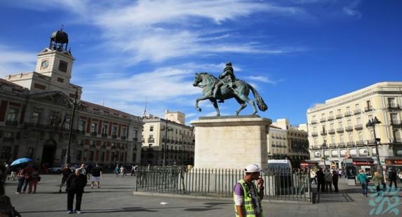 太阳门广场位于马德里市中心呈半圆形有10条街道呈放射状向外延伸