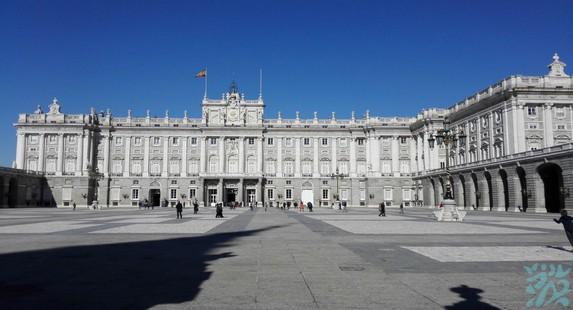 马德里皇宫欧洲三大皇宫之一仅次于凡尔赛宫和维也纳皇宫是波旁王朝代表性的文化遗迹