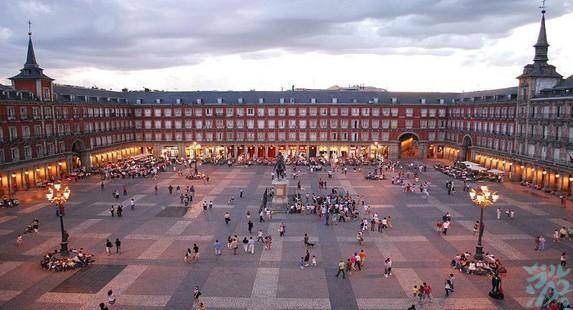 马约尔广场菲里普三世在1619年主持修建的有着独特风格的四方形广场