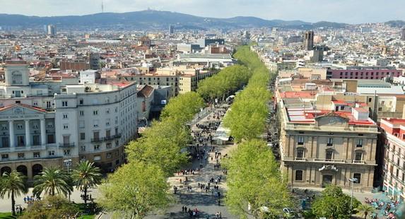 兰布拉大道是巴塞罗那市所建的第一条宽敞的大街各路流浪艺人在这里进行各种游艺表演