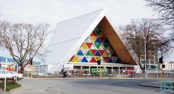 纸教堂是为了替代毁于2011年基督城地震中的标志性建筑天主教大教堂而建造的