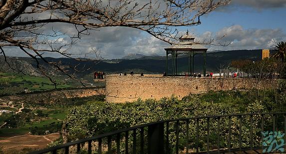 龙达老城位于西班牙安达卢西亚腹地伫立在万丈悬崖之上给人一种惊心动魄的壮美之感