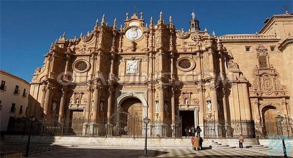 格拉纳达大教堂开始时原本准备建造一座哥特式大教堂但建造过程中却改了文艺复兴式